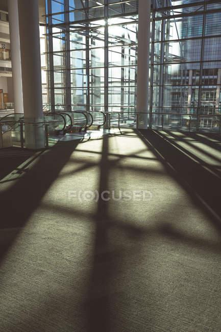 Внутренний вид интерьера пустого современного торгового офисного здания — стоковое фото