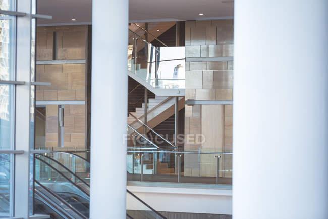 Frontansicht eines leer stehenden modernen Geschäftshauses mit Treppen und Fluren — Stockfoto