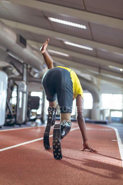 Вид сзади на спортивную трассу для мужчин-инвалидов в фитнес-центре — стоковое фото