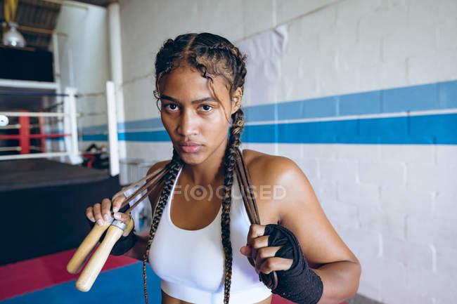 Nahaufnahme einer Boxerin, die im Boxclub in die Kamera blickt. Starke Kämpferin im harten Boxtraining. — Stockfoto