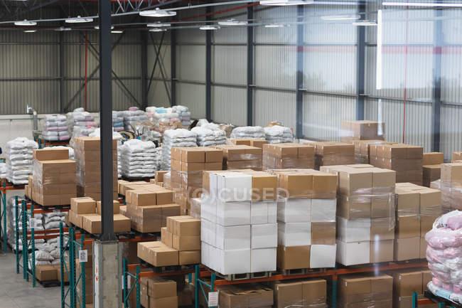 Vue latérale de l'équipement dans un entrepôt d'une usine — Photo de stock