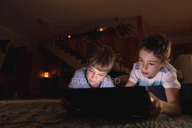 Nahaufnahme von zwei kaukasischen Jungen vor der Teenagerzeit mit einem Tablet-Computer im Wohnzimmer — Stockfoto