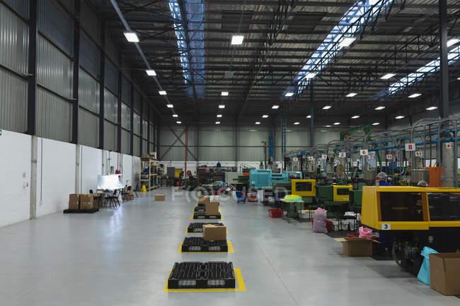Frontansicht einer Reihe von Verarbeitungsanlagen und einer Verpackungsfläche in einem Lager eines Verarbeitungsbetriebs — Stockfoto