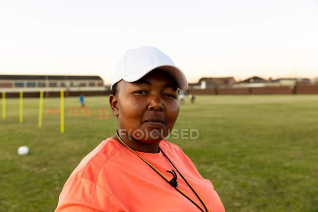 Portrait en gros plan d'une entraîneuse de rugby d