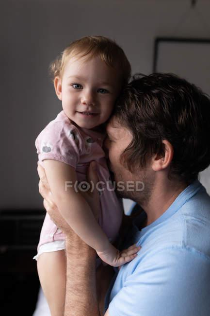 Портрет молодого кавказького батька, який тримає усміхнене дитя. — стокове фото