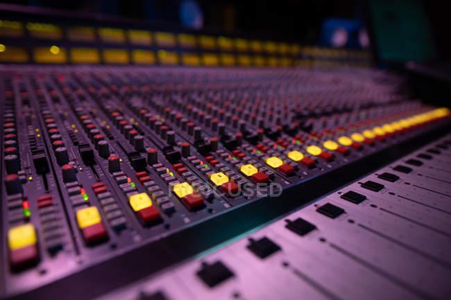 Закрытие каналов и управление на многоканальном микшерном столе в студии звукозаписи — стоковое фото