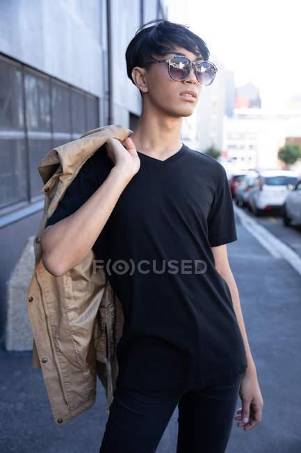 Vista frontale di un giovane adulto transgender di razza mista alla moda per strada — Foto stock