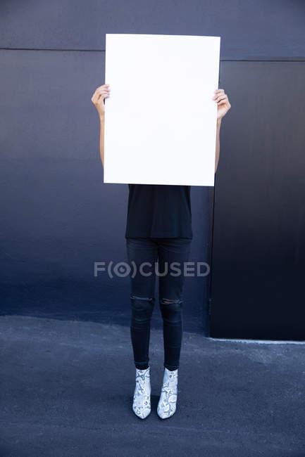 Вид спереди человека, держащего плакат — стоковое фото