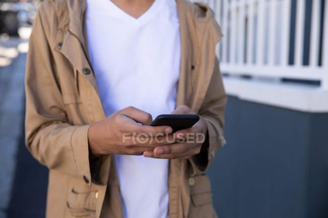 Передний вид средней части модного на улице, текстурирование на смартфоне — стоковое фото