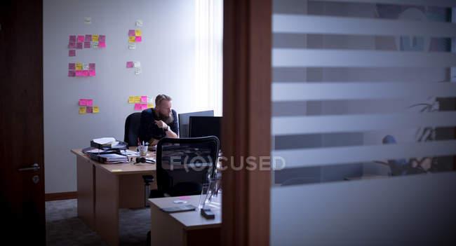 Виконавча робота на персональному комп'ютері в офісі — стокове фото