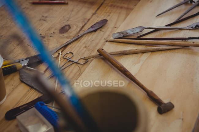 Різні роботи інструменти на столі в майстерні — стокове фото