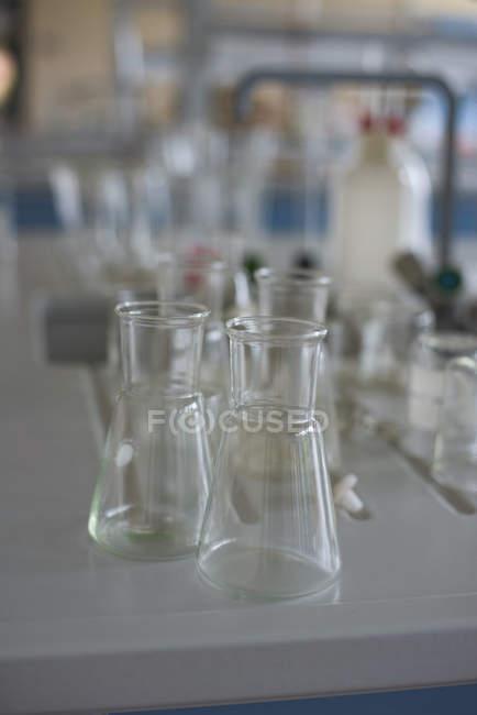 Angelo alto vista di becher sulla scrivania in laboratorio — Foto stock