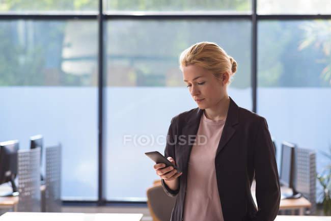 Estudante universitário olhando para o telefone na Universidade — Fotografia de Stock