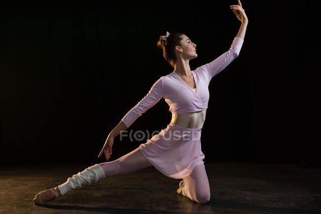 Bailarina praticando dança de balé no estúdio — Fotografia de Stock