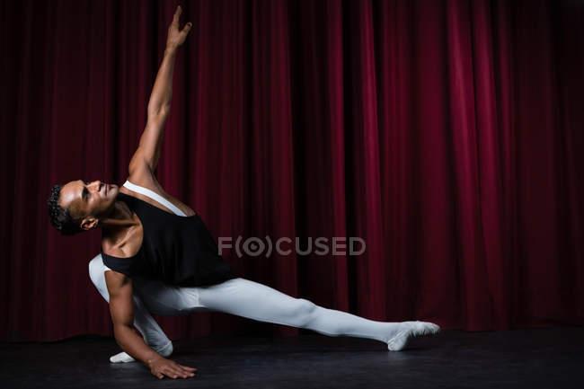 Bailarina practicando danza de ballet en el escenario - foto de stock