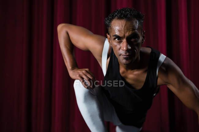 Bailarina confiada posando en el escenario - foto de stock