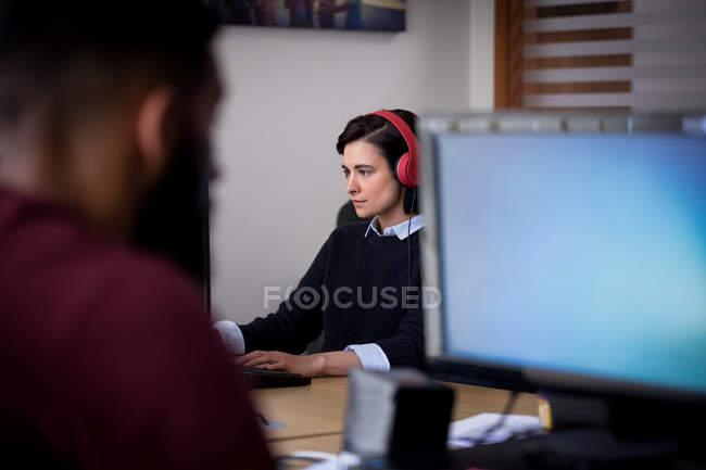 Esecutivo attento che lavora alla scrivania in ufficio — Foto stock