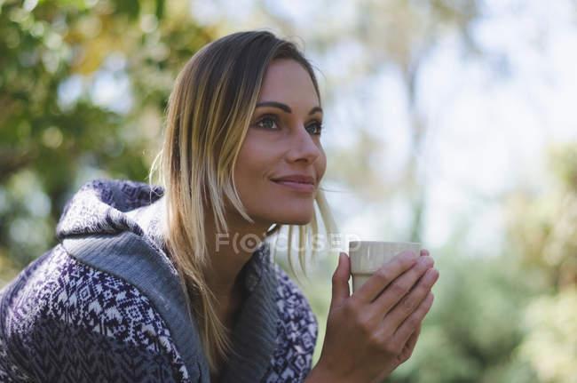 Зблизька до дбайливої самиці, яка відводить погляд, випивши. — стокове фото