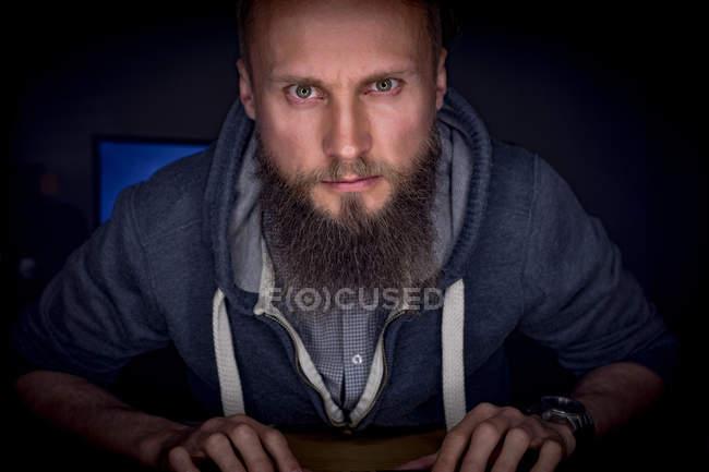 Внимательный руководитель, работающий за столом в офисе — стоковое фото