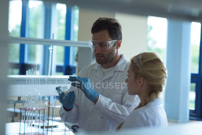 Attentive university students doing a experiment in laboratory — Stock Photo