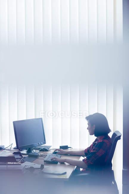 Exécutif attentif travaillant sur ordinateur personnel au bureau — Photo de stock