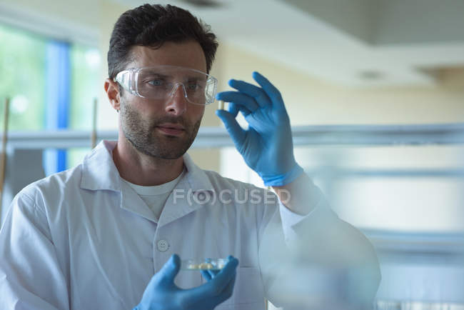 Attentive university student doing a experiment in laboratory — Stock Photo