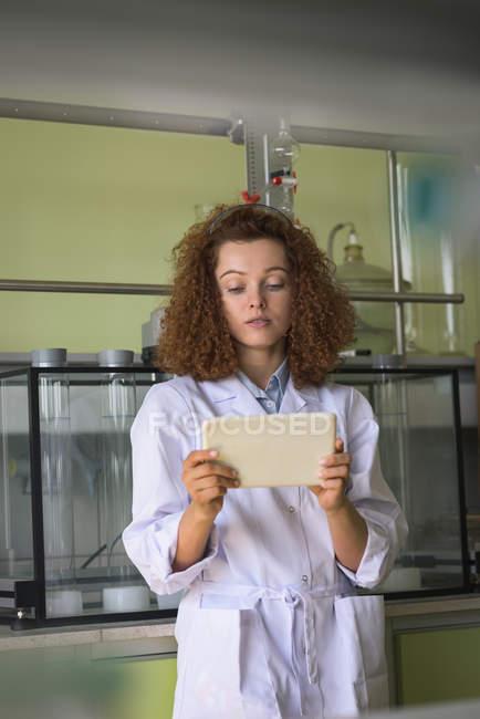 Teenagermädchen benutzt Tablet im Labor — Stockfoto