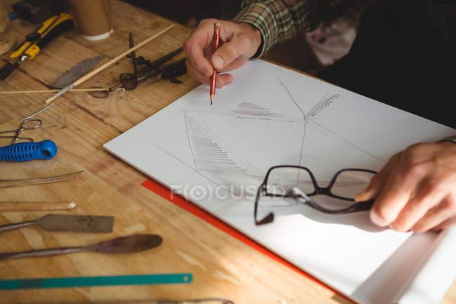 Metà sezione di artigiano disegno scultura design in laboratorio — Foto stock