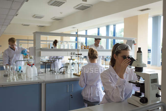 Students practicing experiment in lab — Stock Photo