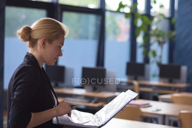 Estudiantes universitarios que estudian notas - foto de stock