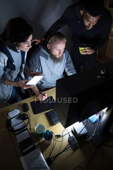 Colleagues working at desk in office — Stock Photo