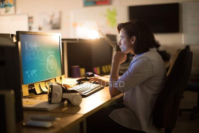 Уважний виконавчий працюють на персональний комп'ютер на реєстрації в office — стокове фото