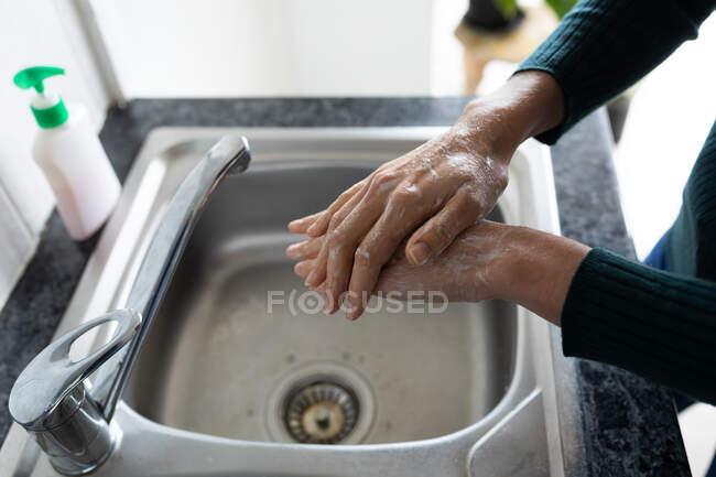 Manos de mujer pasando tiempo en casa, lavándose las manos. Estilo de vida en el hogar aislamiento, distanciamiento social en cuarentena bloqueo durante coronavirus covid 19 pandemia. - foto de stock