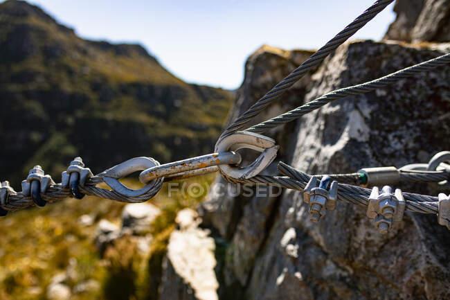 Close up de equipamentos de tirolesa com ganchos e cordas de metal em um dia ensolarado nas montanhas. Diversão aventura férias fim de semana. — Fotografia de Stock