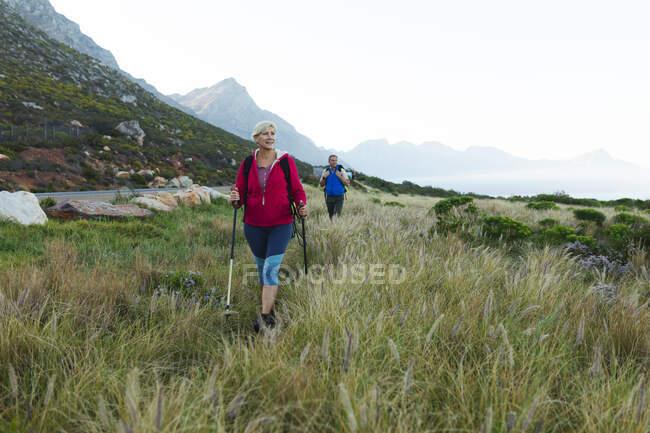 Старшая пара проводит время на природе вместе, гуляя по горам. активный уход на пенсию. — стоковое фото