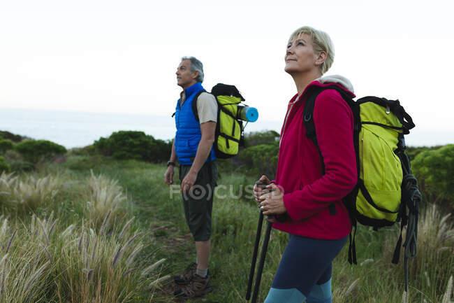 Старшая кавказская пара любуется видом во время походов на природу. активный здоровый образ жизни. — стоковое фото