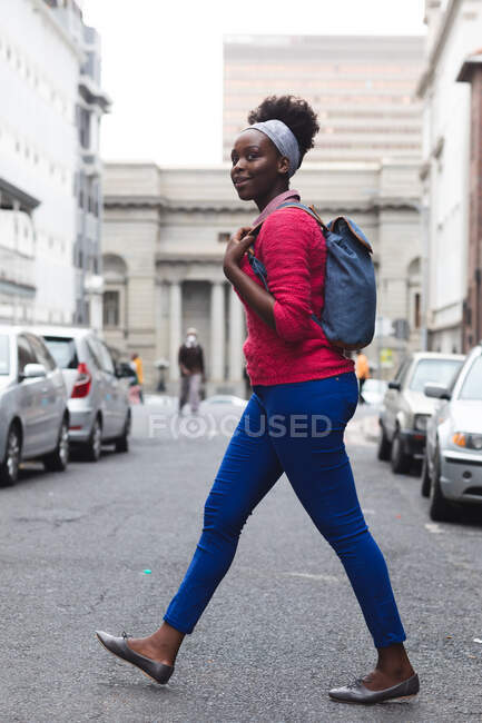 African american woman walking on street out and about in the city during covid 19 coronavirus pandemic. — Stock Photo