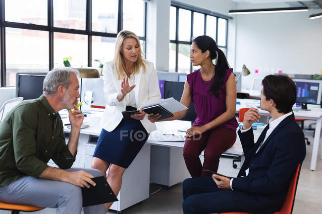 Group of diverse business people brainstorming in modern office. modern creative business professionals meeting workplace. — Stock Photo