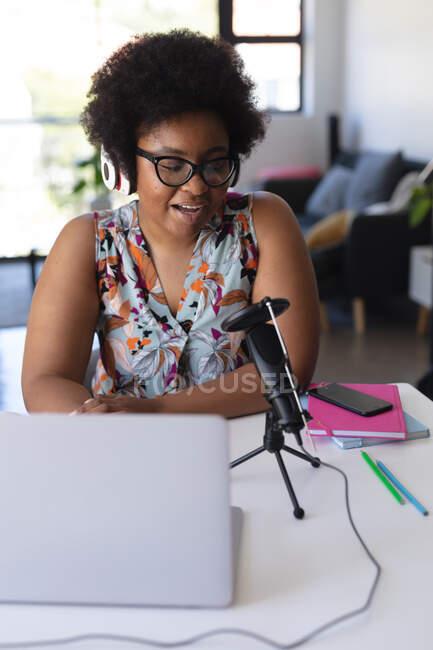 Африканська американка-блогер записує відео за допомогою ноутбука. Самоізоляція вдома під час коронавірусу (19 пандемії). — стокове фото