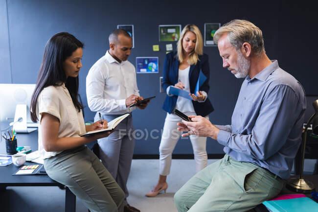 Divers hommes et femmes travaillant au bureau, écrivant, utilisant un ordinateur portable. technologie bureau moderne travail d'équipe remue-méninges. — Photo de stock