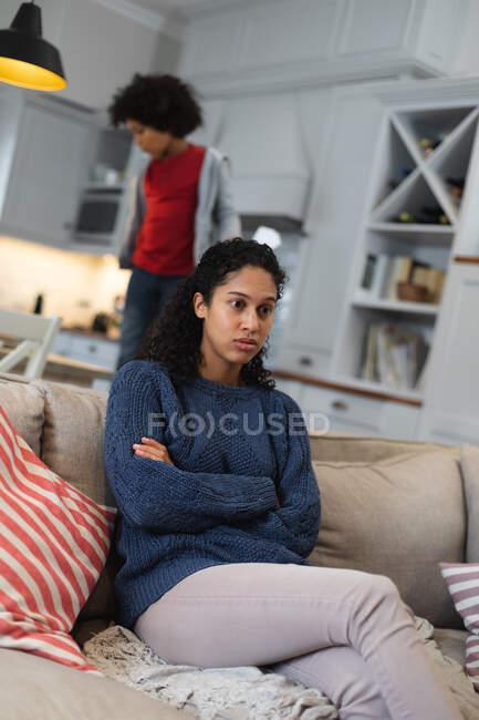 Mischlingshündin sitzt auf Couch und sieht traurig aus. Selbst-Isolation Qualität Familienzeit zu Hause zusammen während Coronavirus covid 19 Pandemie. — Stockfoto