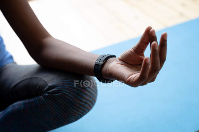Закінчив афроамериканську жінку, яка практикує йогу вдома. Залишатися вдома в ізоляції в карантині. — стокове фото