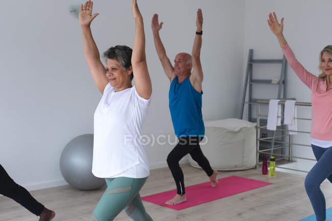 Diversos grupos de personas mayores que participan en clases de fitness en casa. bienestar de la aptitud física en el hogar de ancianos. - foto de stock
