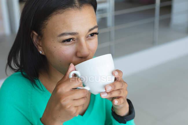 Perto da mulher afro-americana a beber café em casa. ficar em casa em auto-isolamento em quarentena — Fotografia de Stock
