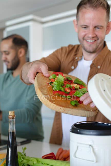 Multi casal masculino gay étnico preparando comida juntos em casa. ficar em casa em auto-isolamento durante o confinamento de quarentena. — Fotografia de Stock