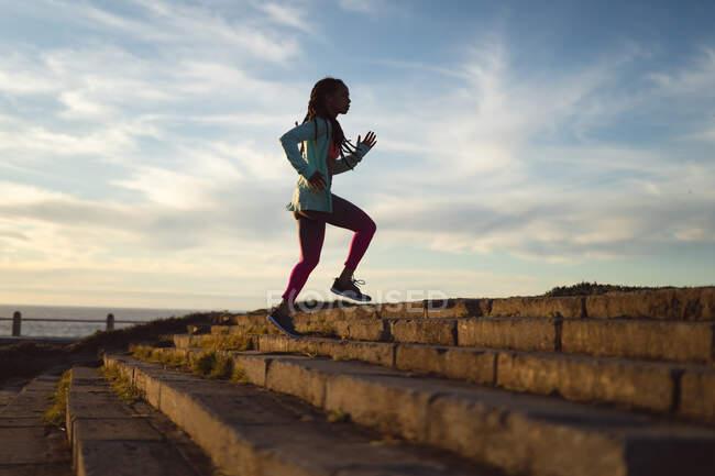 Африканская американка в спортивной одежде на городской пробежке. фитнес здоровый образ жизни. — стоковое фото