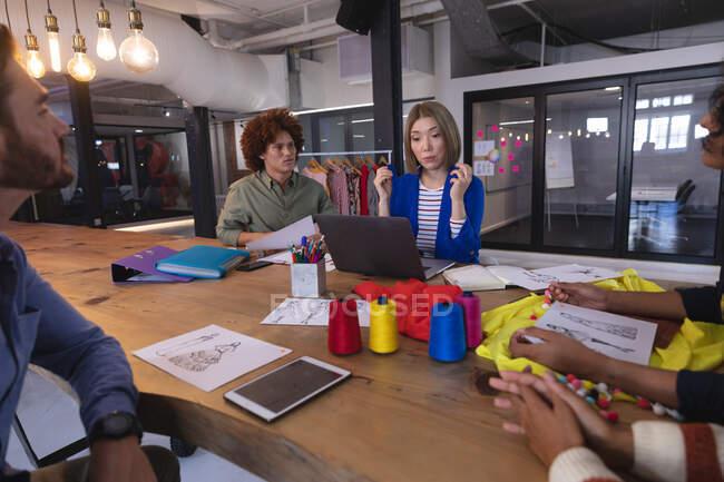 Разнообразная группа творческих дизайнеров-модельеров проводит мозговой штурм в конференц-зале. независимый бизнес креативного дизайна. — стоковое фото