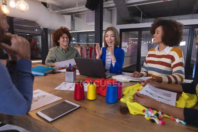 Різна група колег-дизайнерів моди в обговоренні на роботі з використанням цифрових планшетів і лептопів. Незалежний бізнес творчого дизайну. — стокове фото