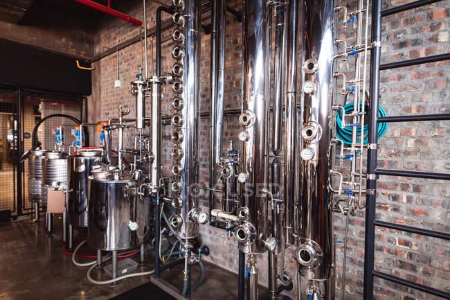 Вид на промислові машини та обладнання для виробництва джину на винокурні. Виробництво алкоголю і фільтрація. — стокове фото