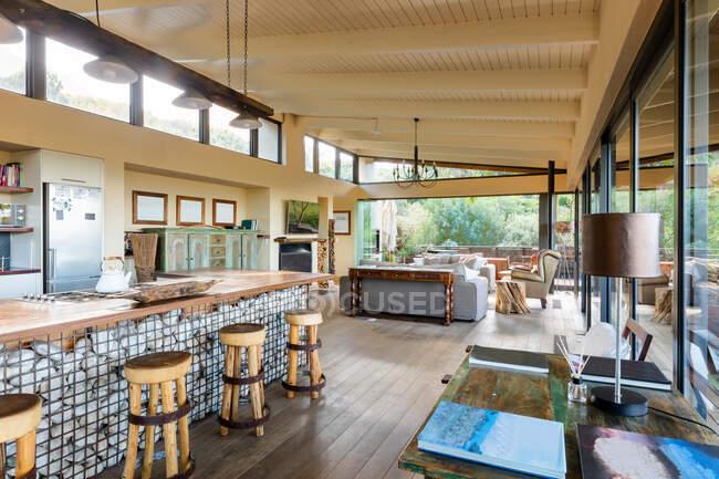 Interior de cocina de lujo comedor en apartamento moderno. diseño interior moderno de lujo y arquitectura. - foto de stock